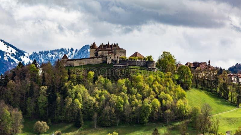 Замок и деревня Gruyeres в мае 2017 в Швейцарии стоковые изображения rf
