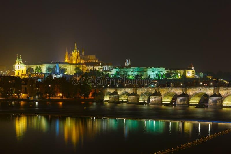 Замок и Карлов мост Праги на ноче, чехии стоковые фотографии rf