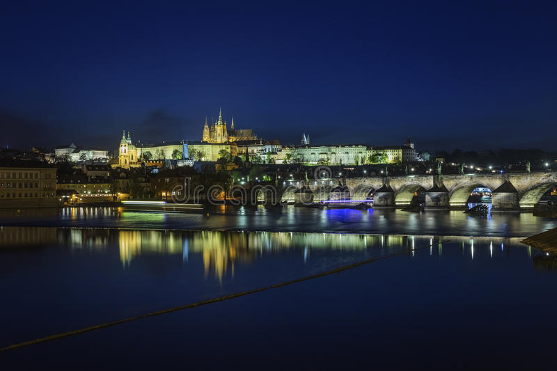 Замок и Карлов мост Праги на ноче стоковое фото