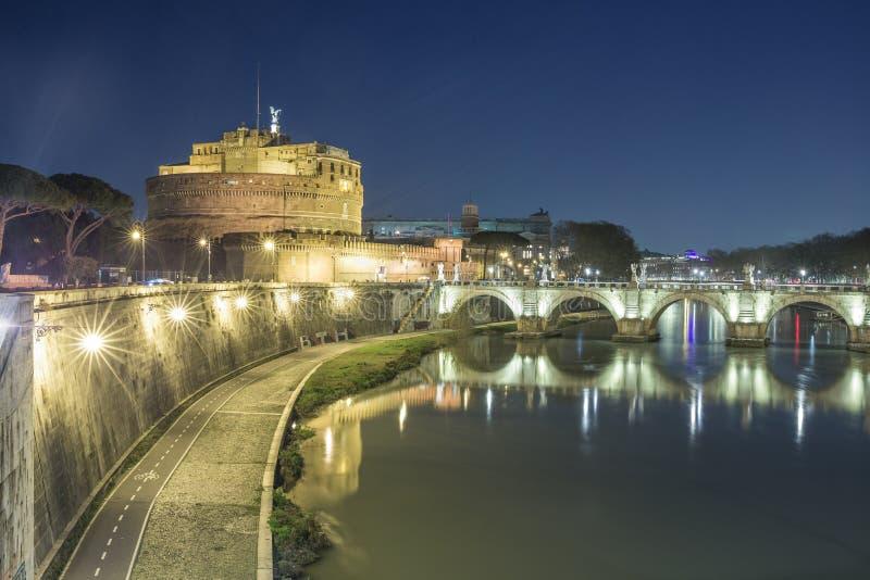 Замок и мост Анджела Святого над рекой Тибра в Риме, Италии стоковая фотография