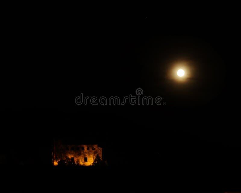 Замок и луна стоковые фото