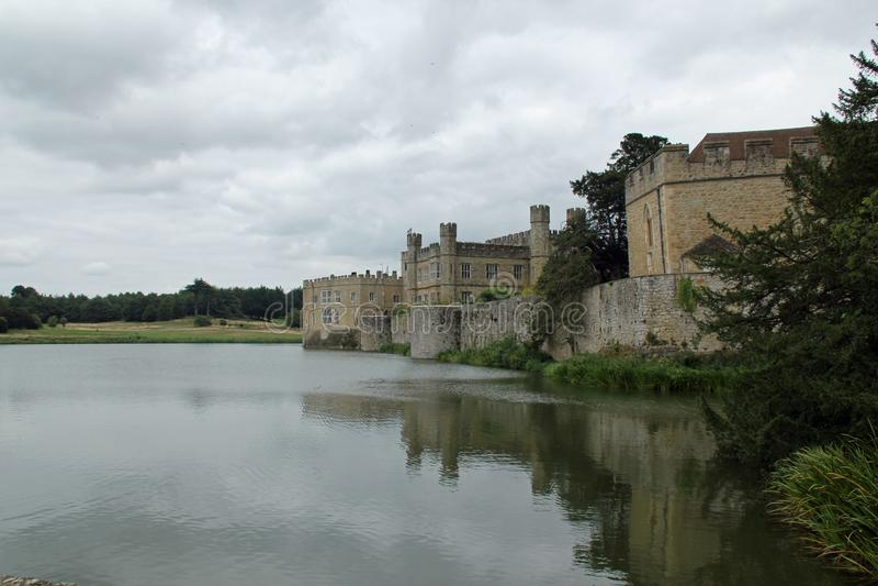 Замок Лидс и ров стоковое изображение
