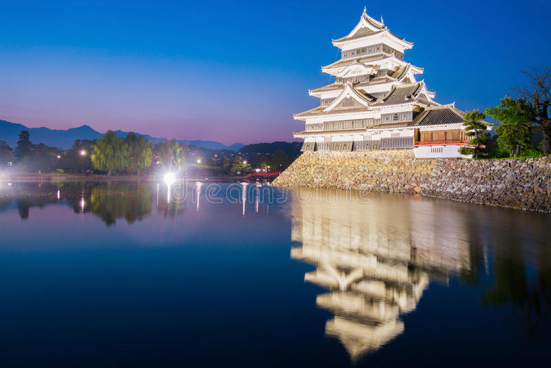 Замок Мацумото & x28; Мацумото-jo& x29; историческая достопримечательность на ноче с стоковое изображение