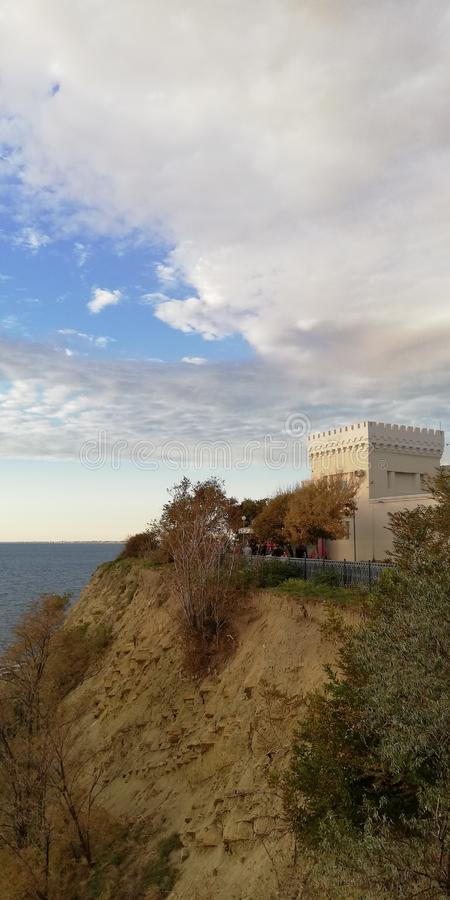 Замок на береге открытого моря стоковая фотография