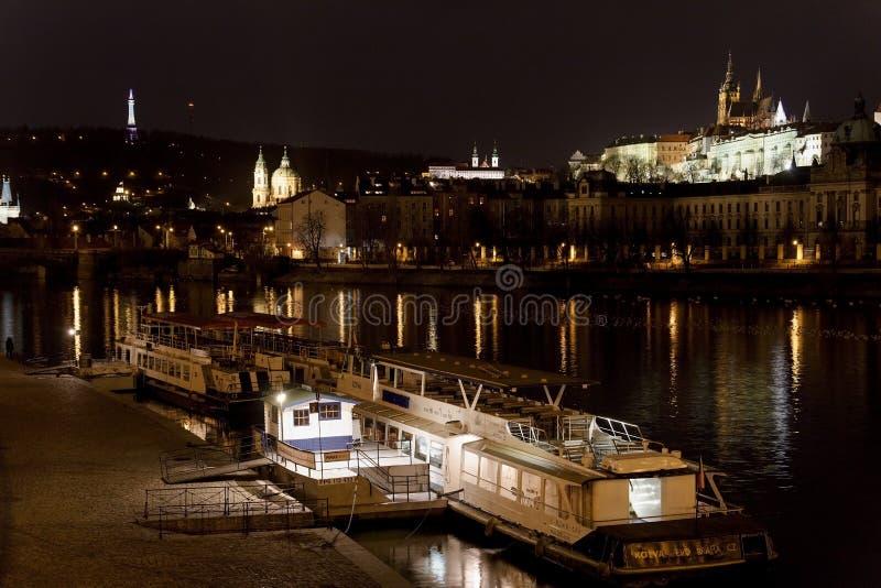 Замок на ноче, Прага St Vitus собора и Праги, чехия стоковое изображение rf