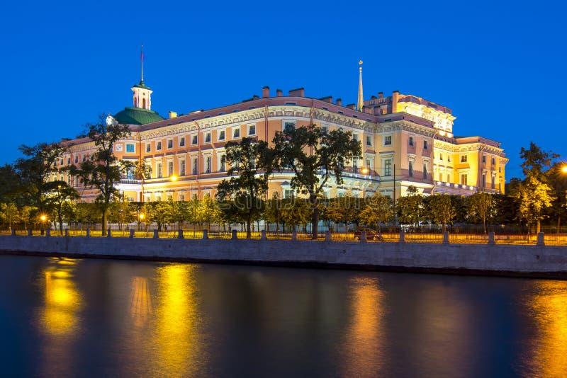 Замок на ноче, Санкт-Петербург ` замка или инженеров Mikhailovsky замка ` s St Michael, Россия стоковая фотография