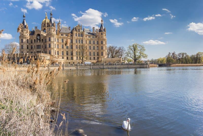 Замок на озере Burgsee в Шверине стоковые изображения