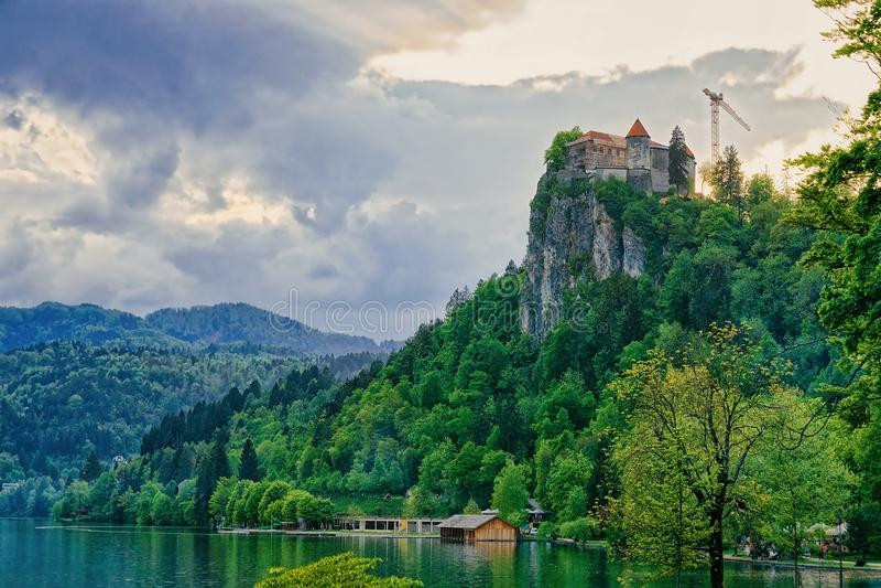 Замок на утесе на озере Словении Европе Bled стоковое изображение