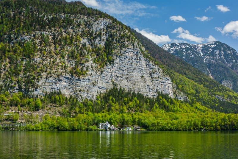 Замок на Hallstätter видит озеро горы в Австрии стоковые фотографии rf