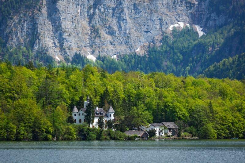 Замок на Hallstätter видит озеро горы в Австрии стоковое изображение