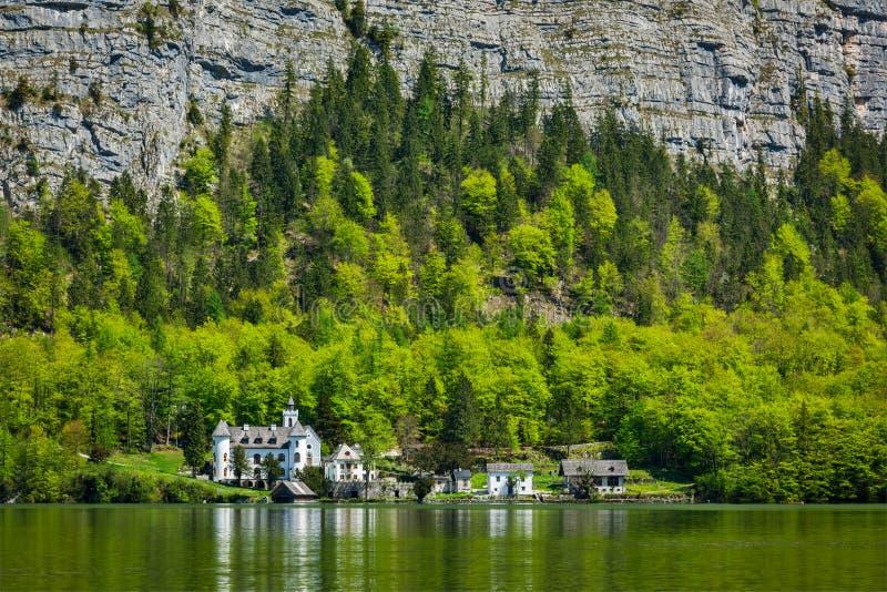 Замок на Hallstätter видит озеро горы в Австрии стоковые фото
