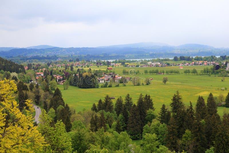 Download Замок Нойшванштайна деревни в Fussen Стоковое Фото - изображение насчитывающей памятник, романтично: 33736996