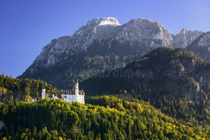Замок Нойшванштайна с сценарным ландшафтом горы около Fussen, Баварии, Германии стоковое изображение rf