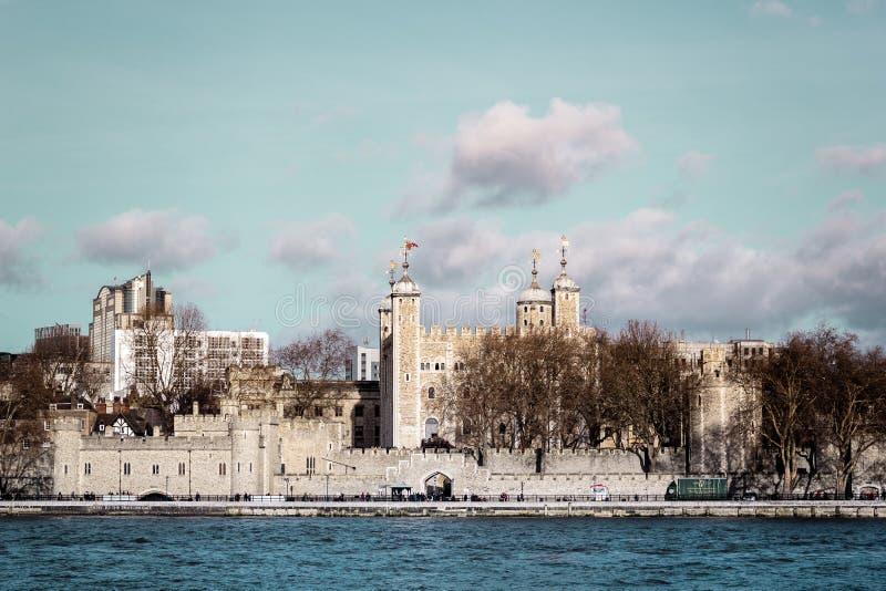Замок около моста башни Лондона, Англии стоковые изображения