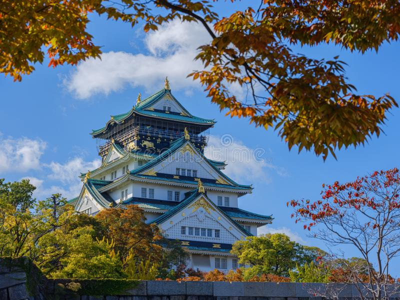Замок Осака в Японии осенью стоковая фотография