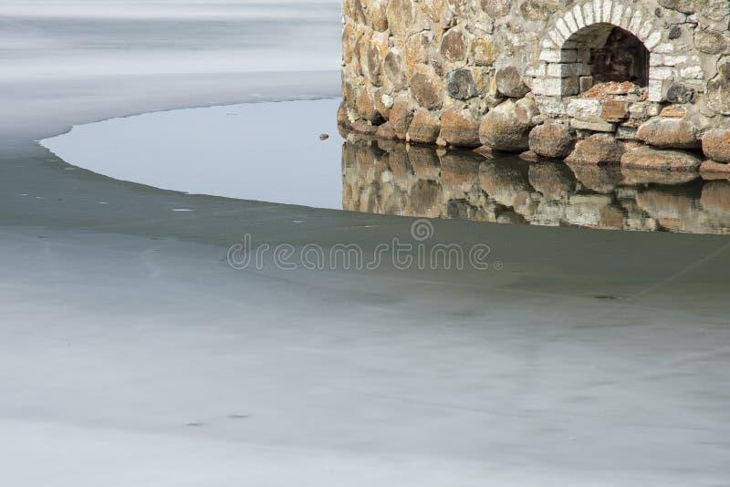 Замок отражая в плавя льде стоковые фотографии rf