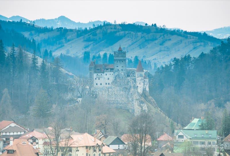 Замок отрубей, Трансильвания, Румыния - панорамный взгляд стоковая фотография rf
