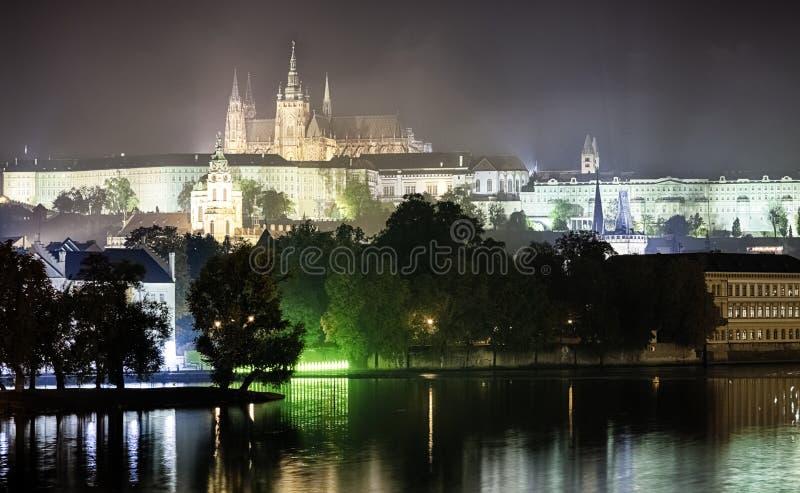 Замок Праги в ноче стоковые изображения rf
