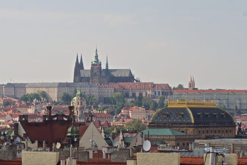 Замок Праги и национальный театр стоковая фотография