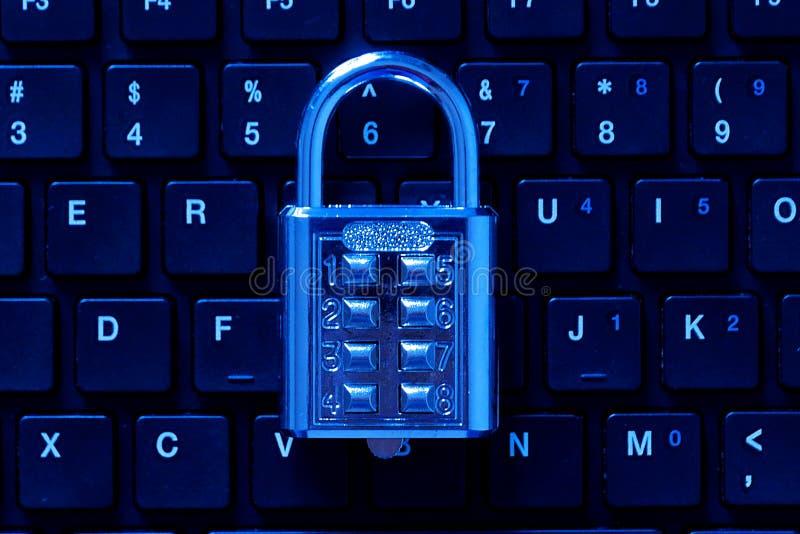 Замок пусковой площадки комбинации номера металла на клавиатуре компьютера Тема безопасностью интернета и сети Голубая предпосылк стоковые изображения rf