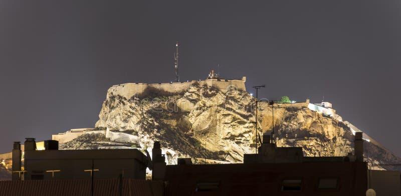 Замок Санта-Барбара в Аликанте к ноча стоковая фотография