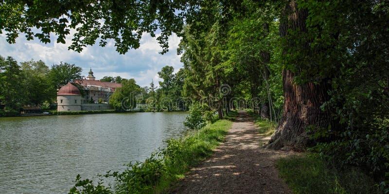 Замок Хермсдорф Замок на озере недалеко от Дрездена, Германия, Европа стоковое изображение rf