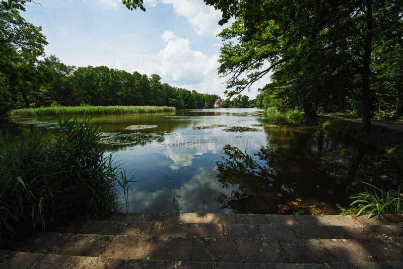 Замок Хермсдорф Замок на озере недалеко от Дрездена, Германия, Европа стоковое фото rf
