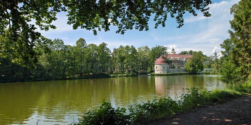 Замок Хермсдорф Замок на озере недалеко от Дрездена, Германия, Европа стоковые фото