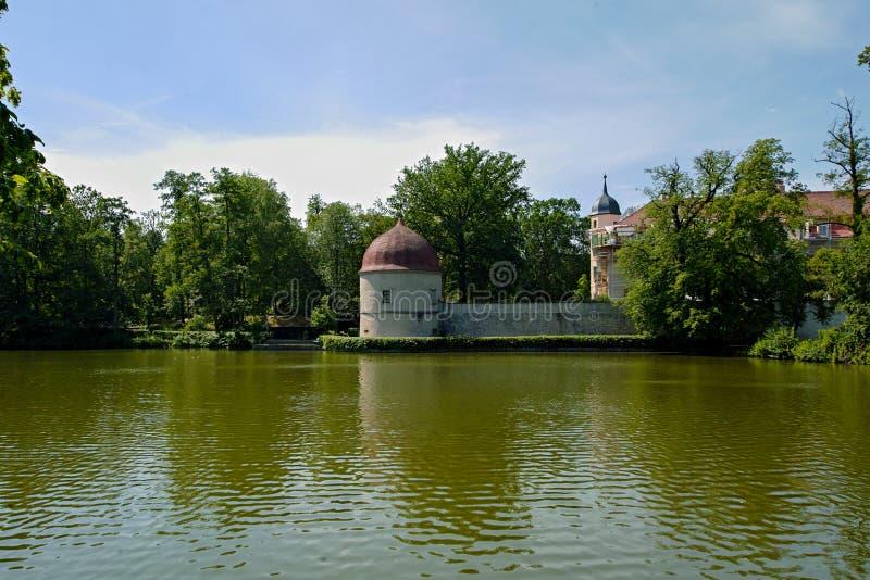 Замок Хермсдорф Замок на озере недалеко от Дрездена, Германия, Европа стоковое изображение
