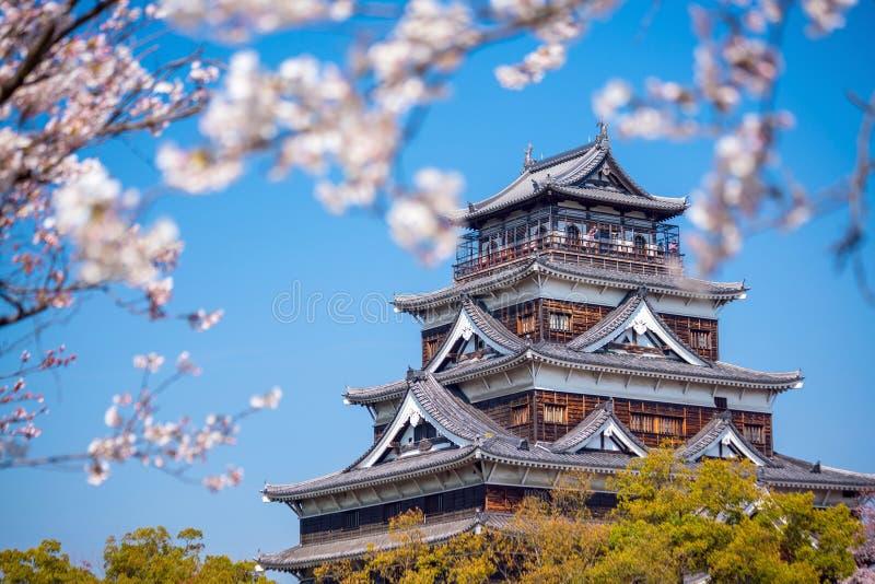 Замок Хиросимы во время сезона вишневого цвета стоковые изображения
