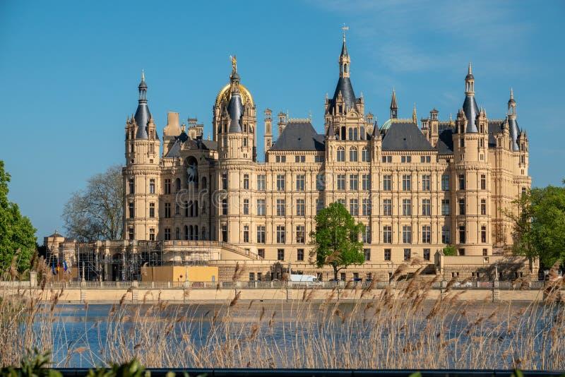 Замок Шверина весной в самой красивой погоде перед голубым небом стоковое изображение