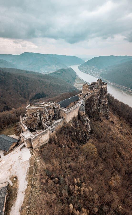 Замок Aggstein с Дунай на предпосылке стоковая фотография rf