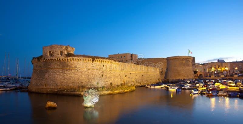 Замок Angevin Gallipoli к ноча в Salento, Италии стоковые изображения rf