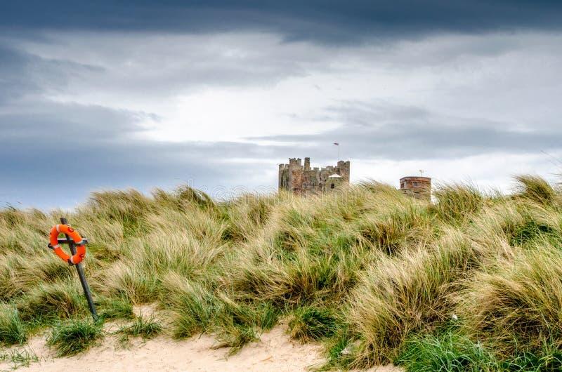 Замок Bamburgh от пляжа стоковое фото rf