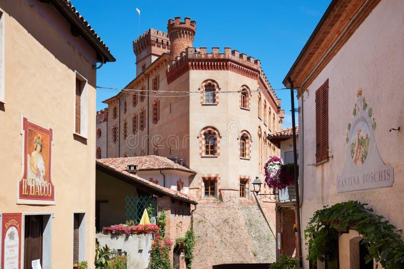 Замок Barolo средневековые и винный магазин Bacco в итальянском городке стоковое фото