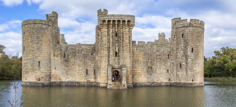 Замок Bodiam с водами рова стоковое фото rf