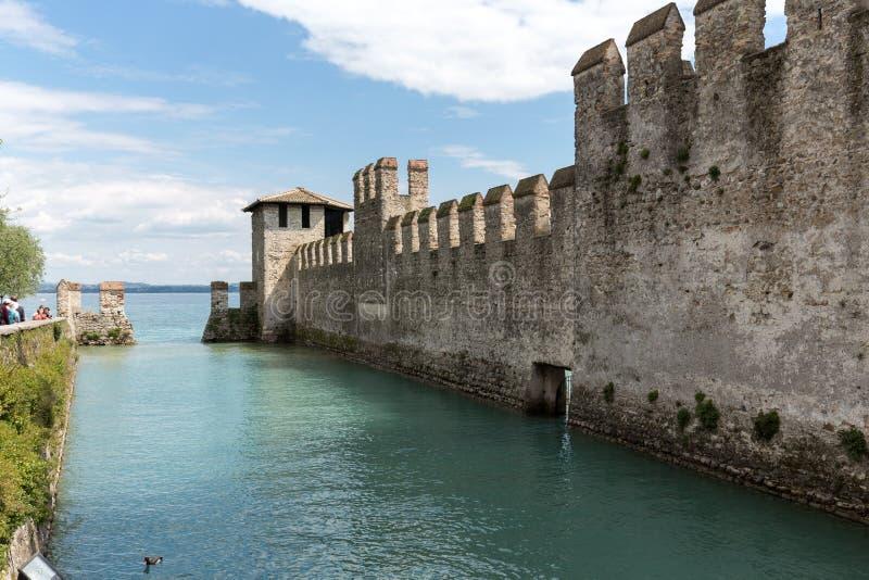 Замок Castello Scaligero di Sirmione Sirmione, построенный в XIV столетии, озеро Garda, Sirmione, стоковые фото