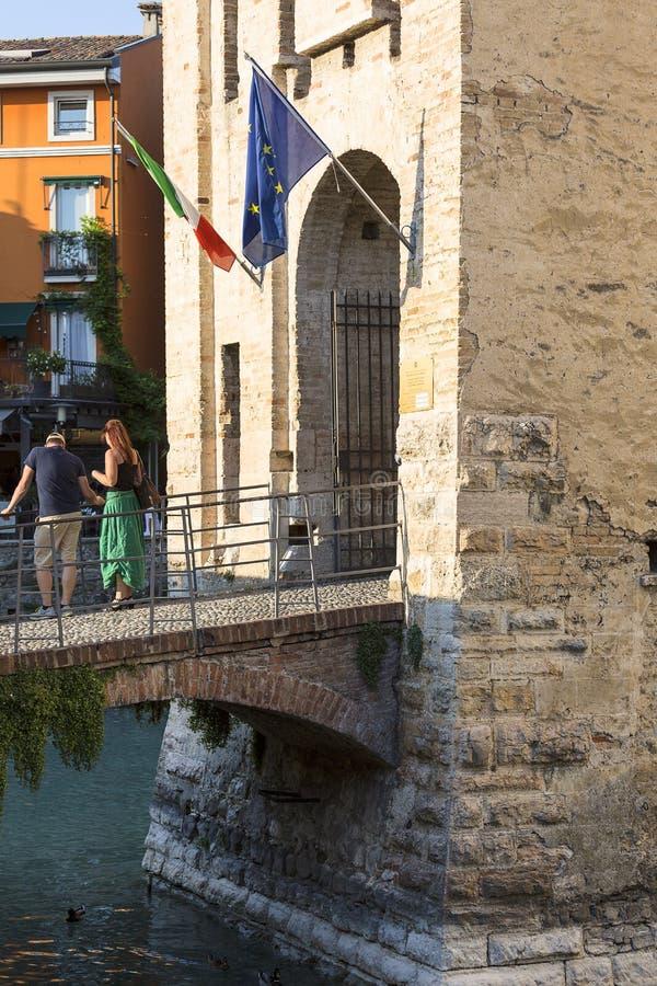 замок Castello Scaligero Scaliger камня тринадцатого века средневековый, Sirmione, Италия стоковая фотография rf