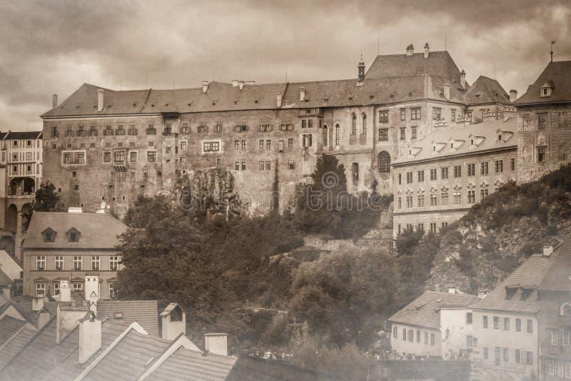 Замок Cesky Krumlov потерял в тумане стоковая фотография rf