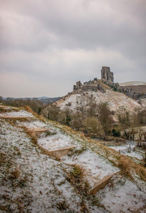 Замок Corfe в ландшафте зимы Дорсета Великобритании стоковая фотография rf