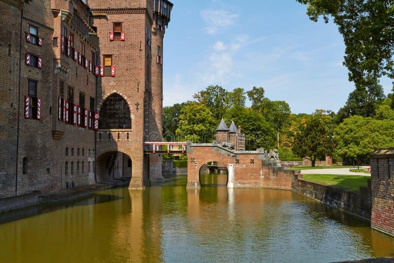 Замок De Haar расположен, в провинции Utrecht в Нидерланд, 1892 Красивый замок на воде стоковые изображения