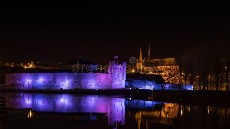 Замок Enniskillen на ноче стоковые изображения rf