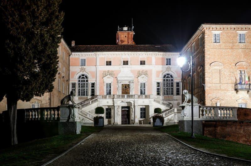 Замок Govone Италии на ноче стоковая фотография