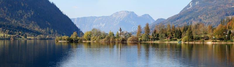 Замок Grundlsee на солнечный день осени, расположенный на береге озера Grundlsee Grundlsee, Штирия, Австрия стоковое фото