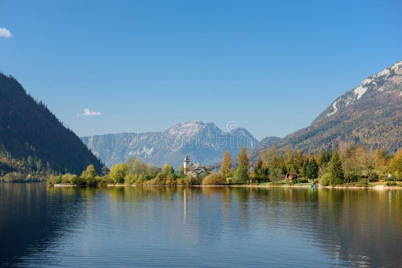 Замок Grundlsee на солнечный день осени, расположенный на береге озера Grundlsee Grundlsee, Штирия, Австрия стоковое изображение
