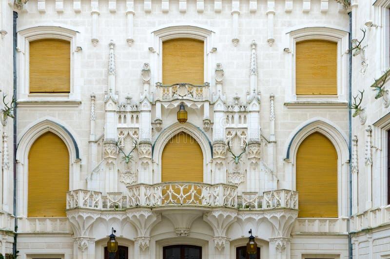 Замок Hluboka nad Vltavou, южная Богемия архитектурноакустическим покупка прогонов деталей стеклянным отраженная молом галиматью стоковая фотография rf