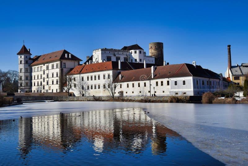 Замок hradec Jindrichuv - взгляд над vajgar прудом стоковые фотографии rf