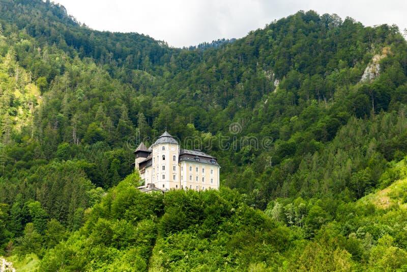 Замок Klaus на голубом озере в австрийце Альп E стоковая фотография rf