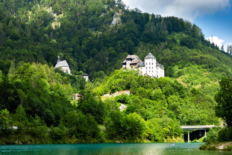 Замок Klaus на голубом озере в австрийце Альп E стоковые изображения rf
