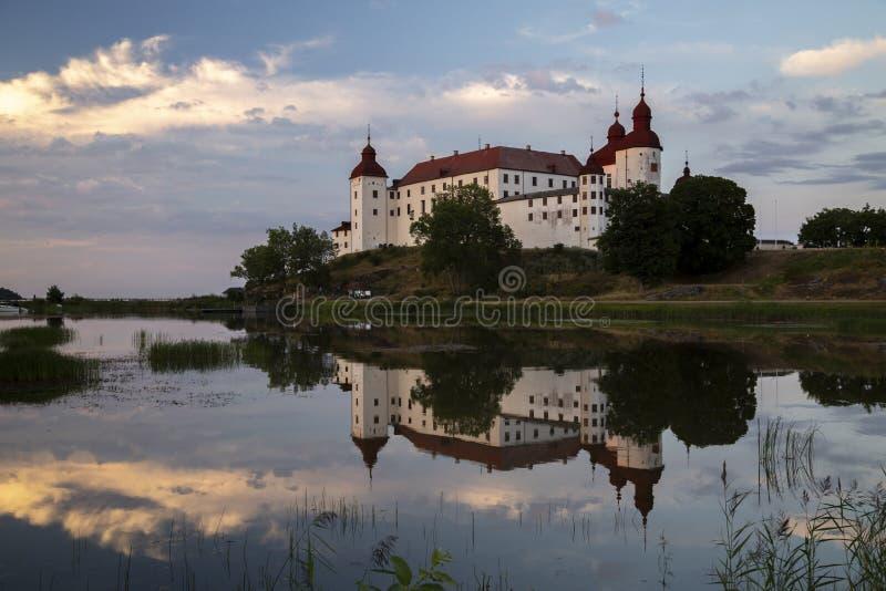 Замок Lacko с отражением в спокойной воде стоковое фото